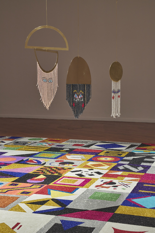 """Vista de la exposición """"Fiesta en América"""", de Fátima Rodrigo, en el Instituto Cultural Peruano Norteamericano (ICPNA), Lima, 2019. Foto: Juan Pablo Murrugarra"""