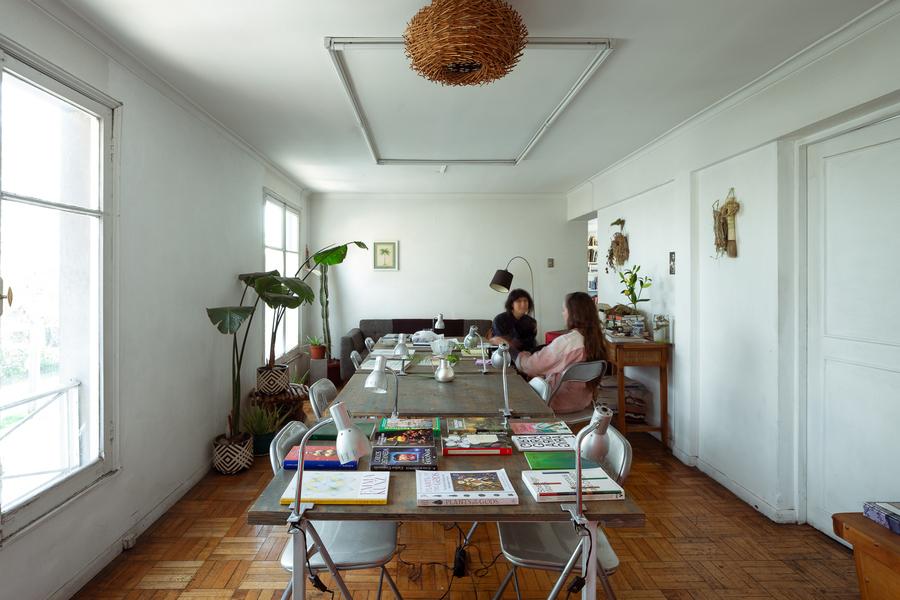 Antonia Taulis durante la visita a la casa/taller de la artista chilena Patricia Domínguez. Foto: Felipe Ugalde