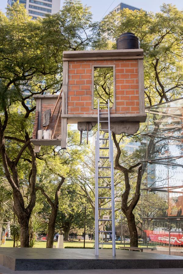 Leandro Erlich, Window and Ladder. Invisible Billboard, 2019. Vista de la instalación en el MALBA, Buenos Aires, 2019. Foto: Pablo Jantus