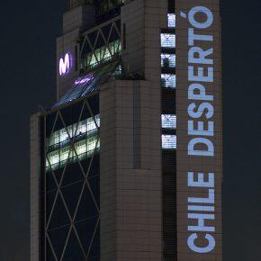 Chile despertó, intervención de Delight Lab en la Torre Telefónica, Providencia, Santiago de Chile, octubre de 2019. Foto: Gonzalo Donoso