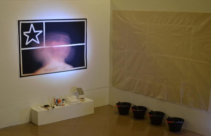 """Vista de la instalación/performance """"Ella usó mi cabeza como un revólver"""", de Carlos Gallardo, en el Museo Genaro Pérez, Córdoba, Argentina, agosto de 2019. Foto: Max Olivares"""