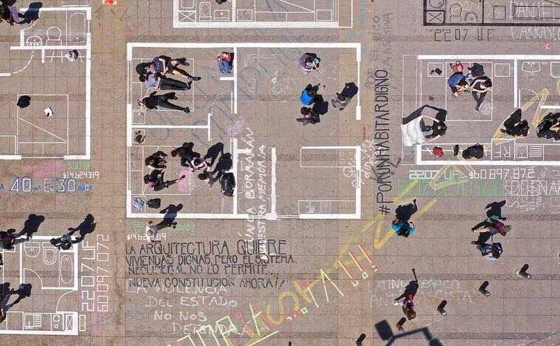 """Los """"nanodepartamentos"""" graficados por un colectivo de arquitectos y estudiantes de arquitectura en Plaza Italia, Santiago de Chile, 2019. Foto: Tomás Bravo"""