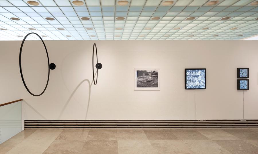 François Bucher, Cosmic Background Noise Explorer, 2019, conchas, hilo de metal. Foto: Sebastián Mejía
