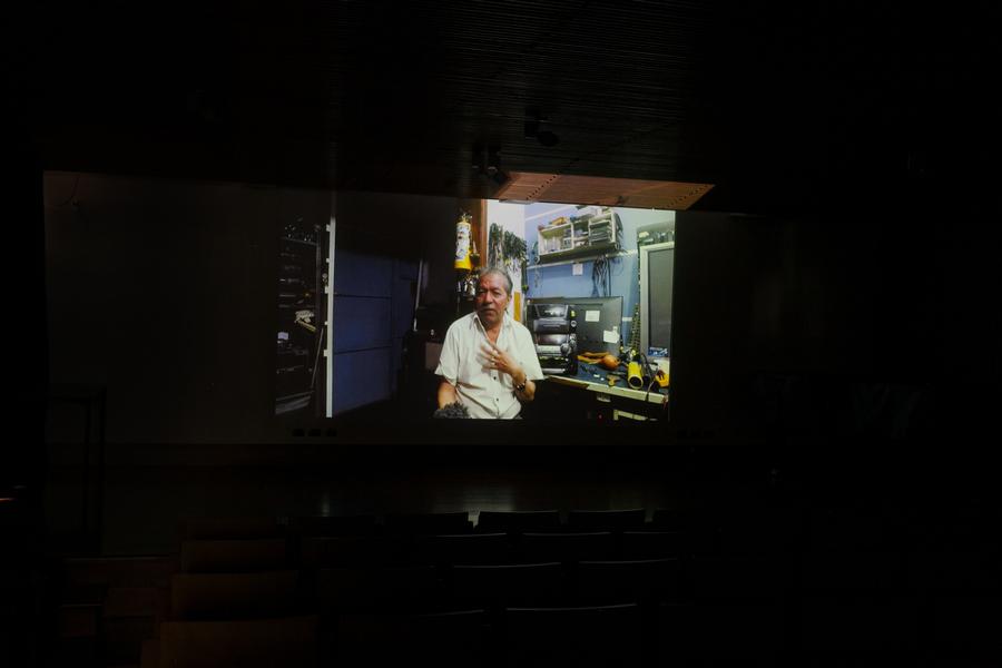 François Bucher, Contacto plausible. El Universo según José Simón, 2019, video. Vista de la proyección en Galería Patricia Ready. Foto: Sebastián Mejía