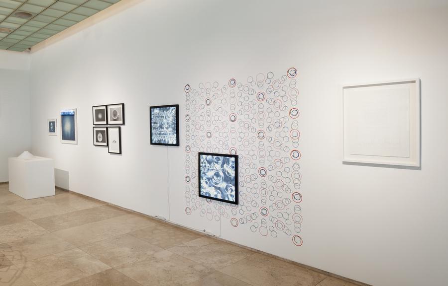 """Vista de la exposición """"Contacto: Explorador de ruido cósmico de fondo"""", de François Bucher, en la Galería Patricia Ready, Santiago de Chile, 2019. Foto: Sebastián Mejía"""