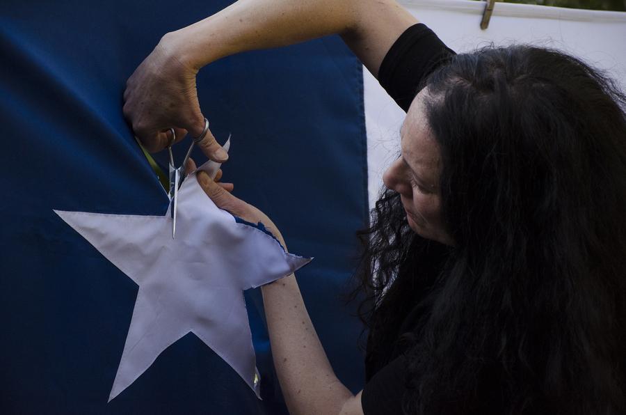 Janet Toro, La bandera en los tiempos de la indignación, 2019. Performance en galería AFA, Santiago de Chile. Foto: Marucela Ramírez M.