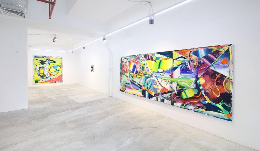"""Vista de la exposición """"Pétalos del Asfalto"""", de Allan Villavicencio, en IK-Projects, Lima, 2019. Cortesía de la galería"""