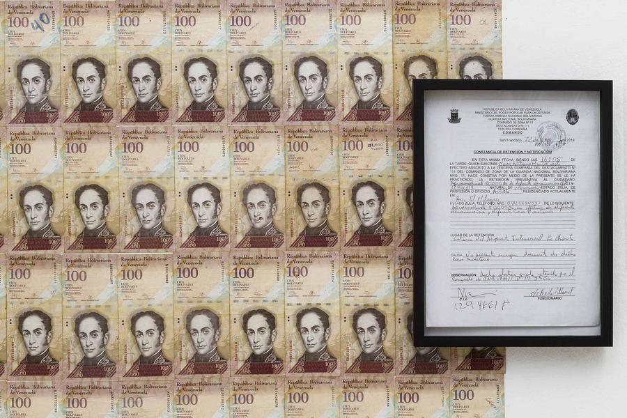 """Papel tapiz de billetes de 100 bolívares, 2019, de Marco Montiel-Soto. Vista de la exposición """"Paquete Chileno"""" en Die Ecke Arte Contemporáneo, Santiago de Chile, 2019. Foto: Álvaro Mardones"""