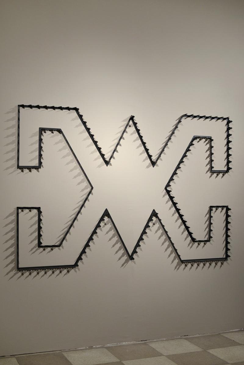 Patrick Hamilton, Intersecciones, 2013, protecciones de fierro esmaltadas, 11,30 x 2, 84 x 0,07 metros. Cortesía del artista