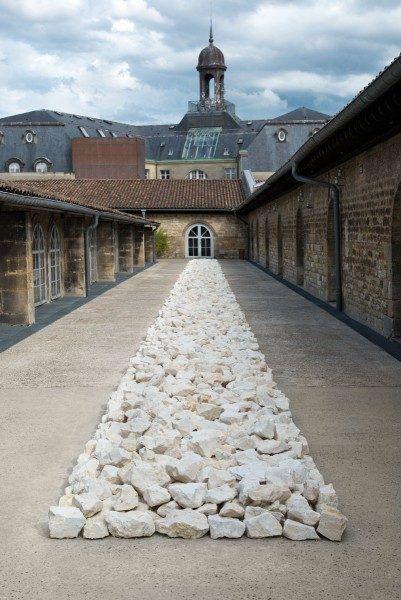 04-RichardLong-White-Rock-Line-1990-remade-2014-CAPC-musée_Photo-F-Deval-401x600