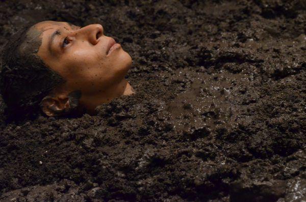 Regina José Galindo, Nadie atraviesa la región sin ensuciarse, 2015. Foto: Eddie Arroyo © La artista. Cortesía de la artista y prometeogallery di Ida Pisani, Milán / Lucca