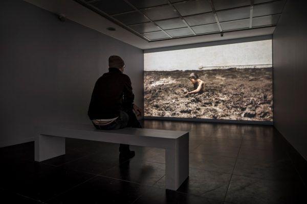 Regina José Galindo, Nadie atraviesa la región sin ensuciarse, 2015. Vista de la exposición en Frankfurter Kunstverein. Foto: N. Miguletz © Frankfurter Kunstverein