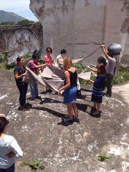 ENTRE EL «GREEN CUBE» Y EL «DIRTY CUBE». FELIPE MUJICA Y JOHANNA UNZUETA EN GUATEMALA