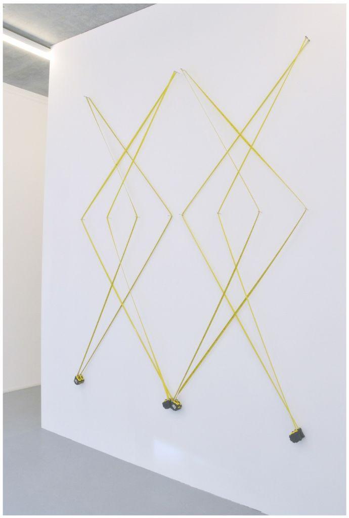 Oscar Abraham Pabón, Transportable Geometry, 2016, ocho cintas métricas. Vista de la exposición en la galeria Martin van Zomeren. Cortesía de la galería
