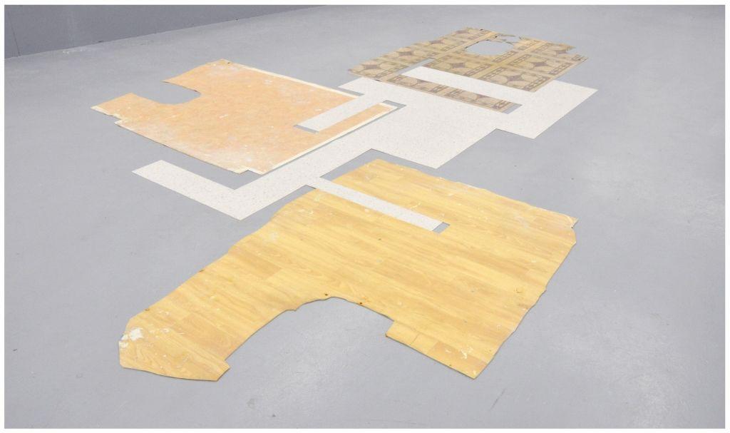 Oscar Abraham Pabón, Floor Sculpture, 2016, láminas de piso de vinilo. Vista de la exposición en la galeria Martin van Zomeren. Cortesía de la galería