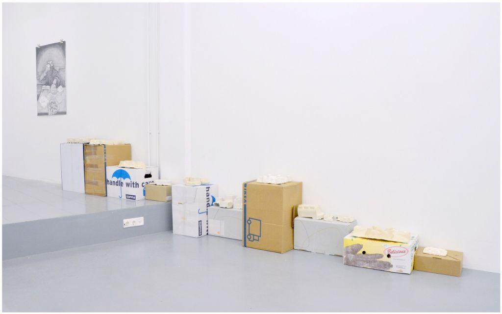 Oscar Abraham Pabón, Shape of Things, 2015, cerámica o yeso, cajas de cartón. Vista de la exposición en la galeria Martin van Zomeren. Cortesía de la galería