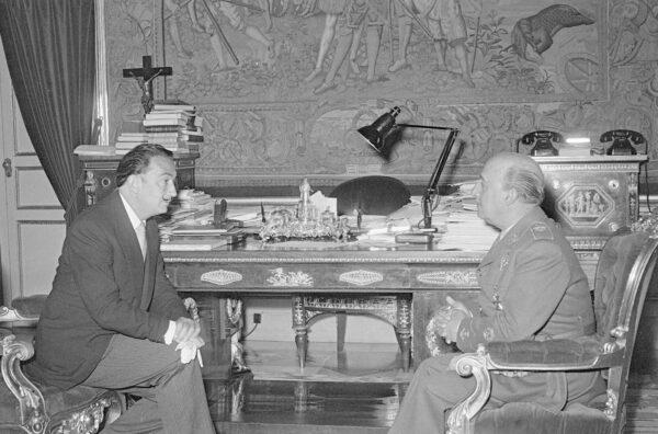 AUDIENCIAS CIVILES El Pardo (Madrid) 06/06/56.- El jefe del Estado, Francisco Franco, recibe en audiencia al pintor Salvador Dalí en audiencia en el Palacio de El Pardo. EFE/Miguel Contreras/yv
