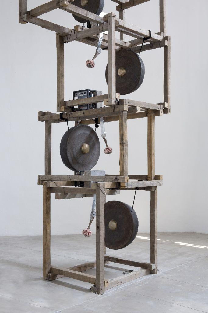 Pedro Reyes, Satori, 6 gongs de bronce, estructura de madera, mecanismo electrónico. Dimensiones variables. Foto: Ramiro Chaves
