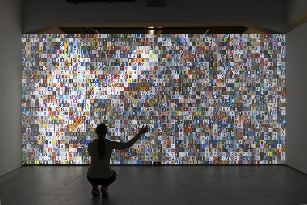 """Rafael Lozano-Hemmer, """"1984x1984"""", 2015. Vista de la instalacción en la muestra Preabsence, Haus der Elektronischen Künste Basel, Basilea, Suiza, 2016. Foto: Franz J. Wamhof"""