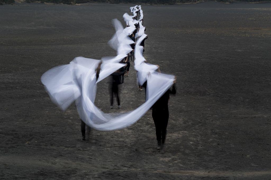 Miguel Braceli, Irazú, intervención participativa, 500 ml de tela, 70 personas, (estudiantes de arquitectura del TEC), Cordillera Volcánica Central, Costa Rica, 2016. Cortesía: Miguel Braceli