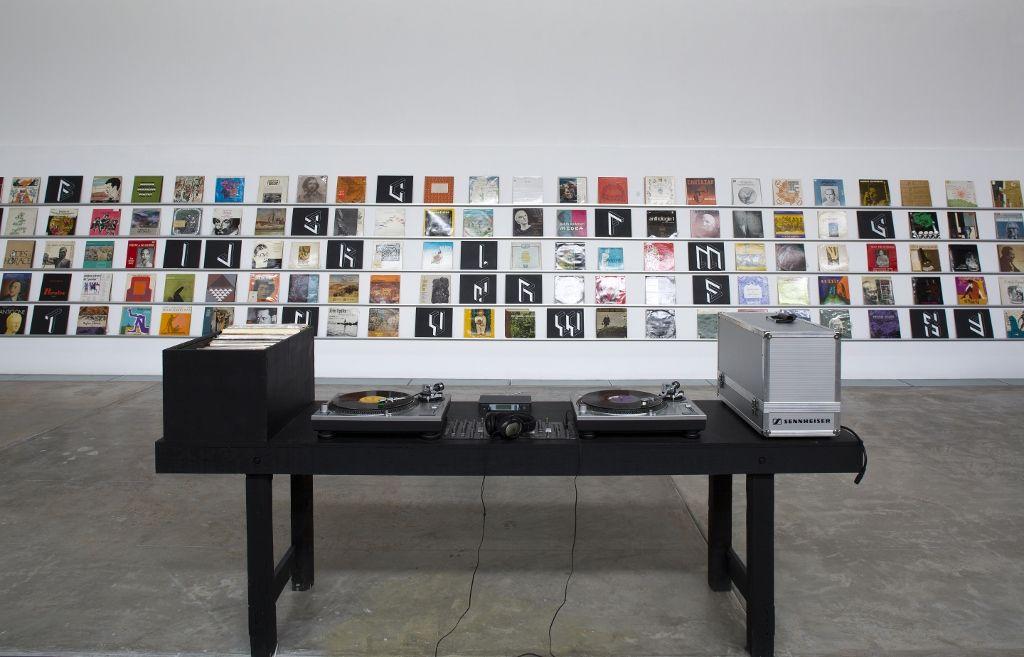 Pedro Reyes, Eunoia, fonoteca de poesía en LPs de vinil, audífonos inalámbricos. Dimensiones variables. Foto: Ramiro Chaves