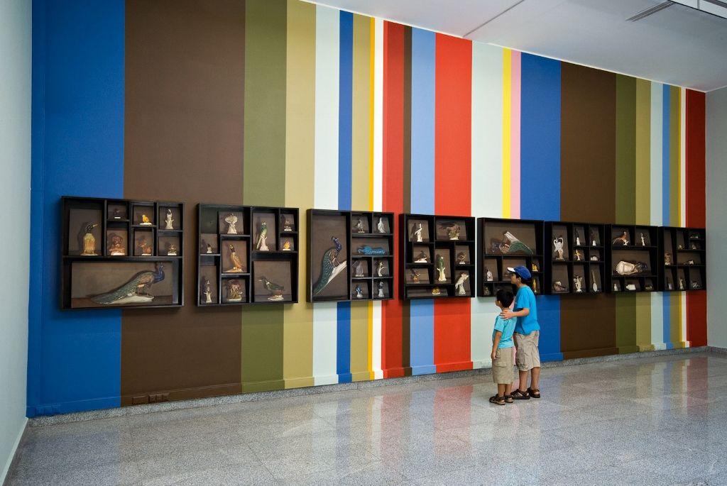 Josefina Guilisasti, Bodegones, 2006, 125 óleos de diferentes formatos. Vista de la exposición en Sala Gasco, Santiago. Cortesía de la artista