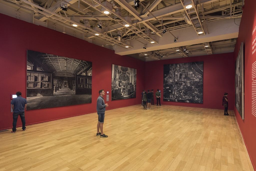 Vista de la exposición Expolio, de Josefina Guilisasti, Diego Martínez y Francisco Uzabeaga, en el Museo de la Memoria y los Derechos Humanos, Santiago de Chile, 2015. Cortesía de la artista