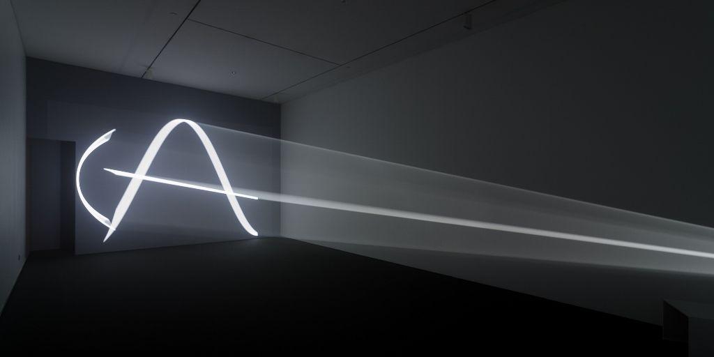 "You and I, Horizontal (2005), de Anthony McCall. Vista de la muestra ""Light Show"", en el CA/660, Santiago de Chile, 2016. Foto: Felipe Ugalde"