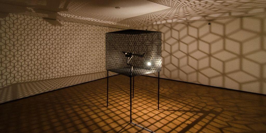 """Conrad Shawcross, Slow Arc inside a Cube IV (2009). Vista de la muestra """"Light Show"""", en el CA/660, Santiago de Chile, 2016. Foto: Felipe Ugalde"""
