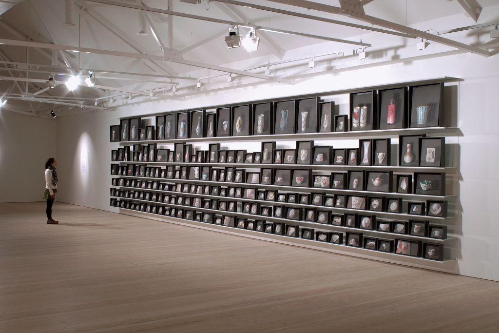 Josefina Guilisasti, El Duelo, 2011, instalación de 180 pinturas al óleo de objetos comunes de porcelana, dimensiones totales: 2.90 x 12.60 mt. Cortesía de la artista