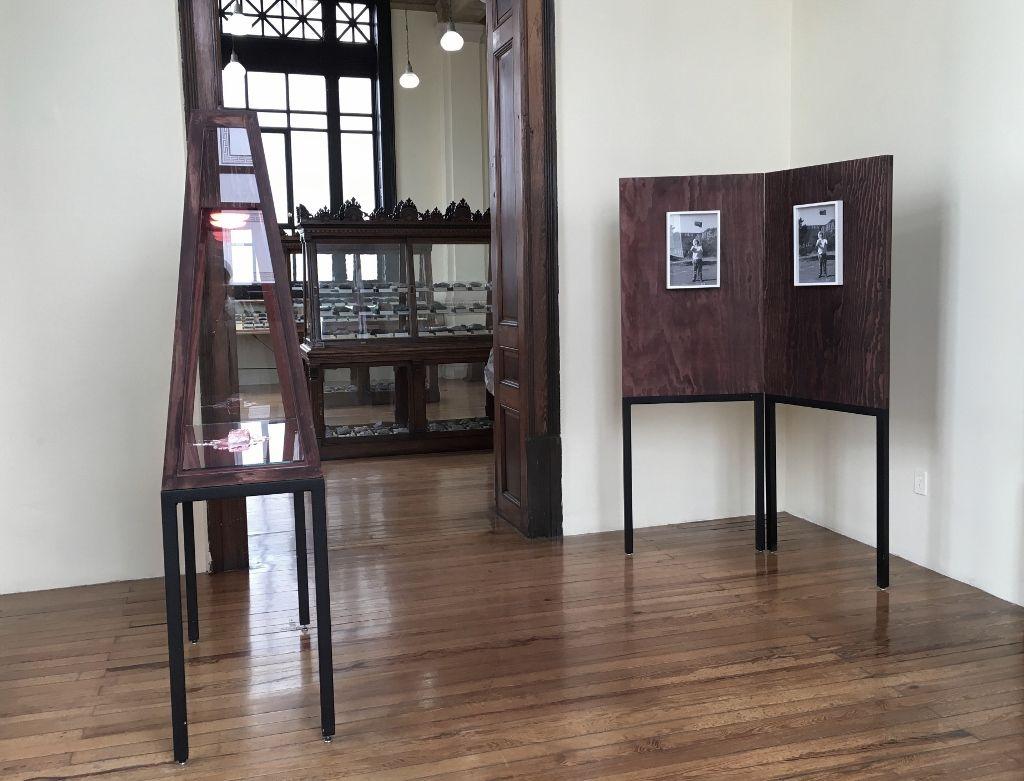 """VISTA PARCIAL DEL MONTAJE DE """"CAMINAR JUNTOS"""" EN EL MUSEO DE GEOLOGÍA, MÉXICO (Fotografía de SHCH)"""