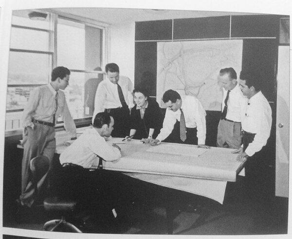 Miembros-de-_Arquitectura-y-Urbanismo-C.A._.-Jorge-Romero-Gutie_rrez-al-centro-junto-a-su-equipo-de-colaboradores.-Fuente-El-Helicoide.-Dirk-Bornhorst.-Oscar-Todtmann-Editores