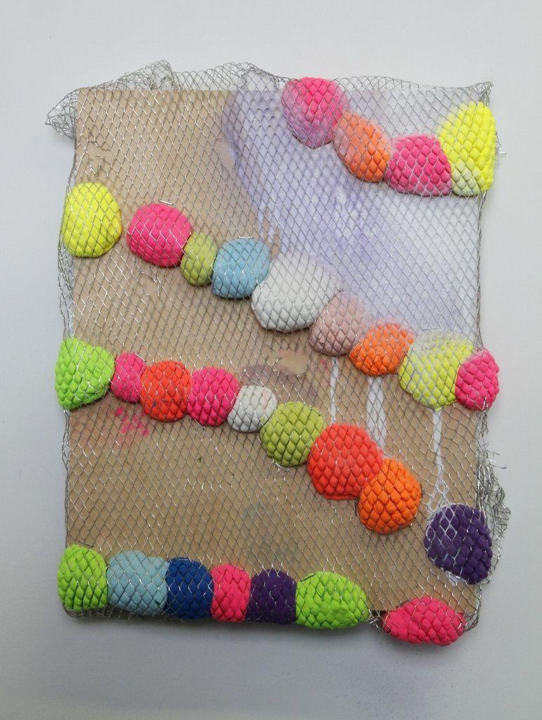 20. Denise Treizman, And then there were skittles, 2015, pasta moldeable, pintura, malla metálica, panel de madera. Cortesía de la artista