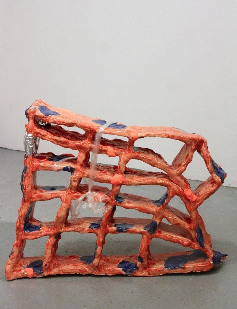 Denise Treizman, Melting Grid (aftermath), 2015, cerámica vidriada, envoltorio plástico, pegamento epoxy, entre otros. Cortesía de la artista