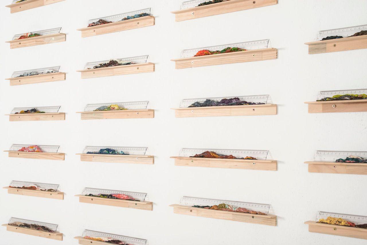 Nicolás Gómez, de la serie Acumulaciones, 2013, óleo sobre transportadores de madera. Cortesía del artista