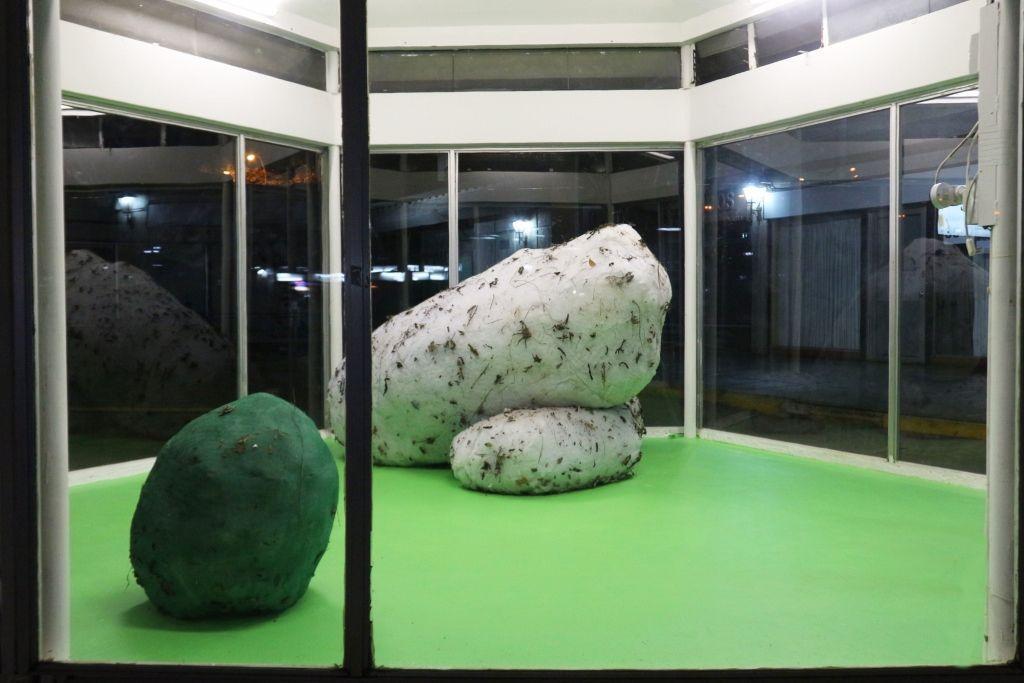 Vista de la exposición Mahoma y la Montaña, de Pablo Rodríguez, en Galería Tajamar, Santiago, 2016. Cortesía: Tajamar