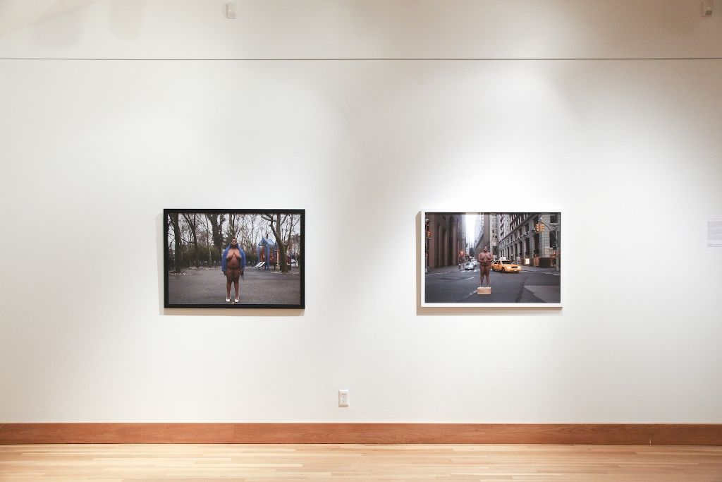 """Nona Faustine, White Shoes (2013-2016). Vista de la exposición """"I can't breathe"""". Galería de Arte del College of Staten Island (CSI) de la Universidad de la Ciudad de Nueva York (CUNY), 2016. Foto: Charlie Tagle"""