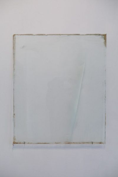 Linea-blanca-en-forma-de-rayo-Esmalte-sobre-vidrio-80-x-65-cm-2014.