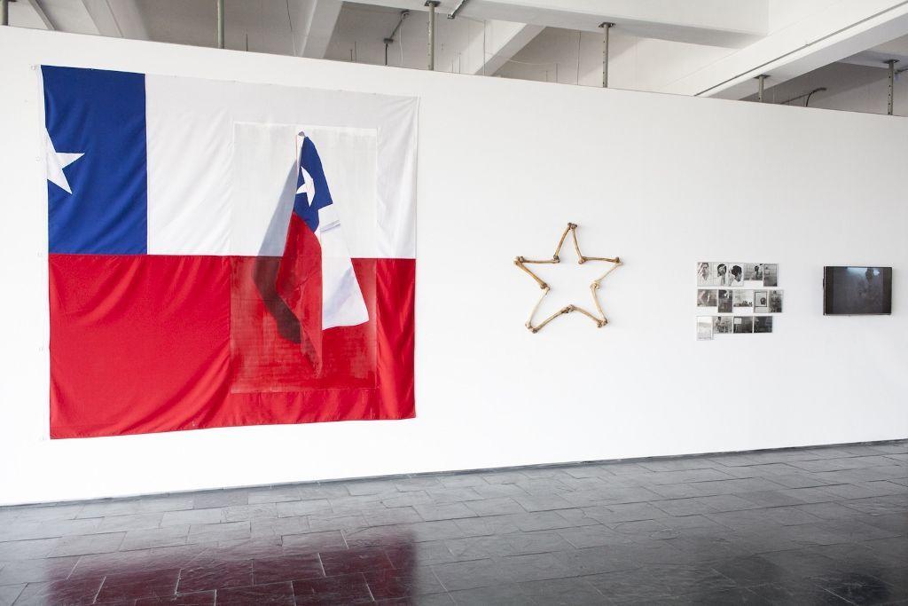 Vista de la exposición Una imagen llamada palabra en el Centro Nacional de Arte Contemporáneo de Cerrillos, Santiago de Chile, 2016. Obras de Voluspa Jarpa y Arturo Duclos. Foto: Natalia Espina / CNCA