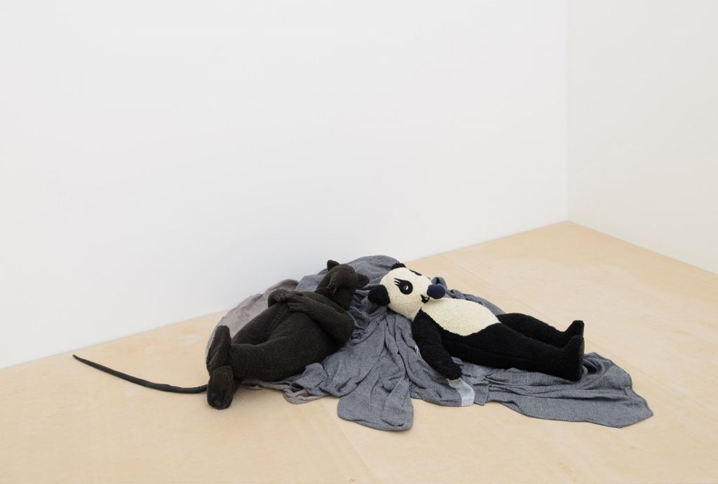 Peter Fischli y David Weiss, Rata y Oso (Durmiendo), 2008, algodón, alambre, poliéster y mecanismo eléctrico. Cortesía: Museo Jumex