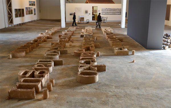 Bernardo Oyarzún, Caligrafía, 2011, linotipias de adobe (tierra roja, pasto seco, heno), 600 x 1400 x 50 cm. Foto: Chi-Hua Salinas Sung