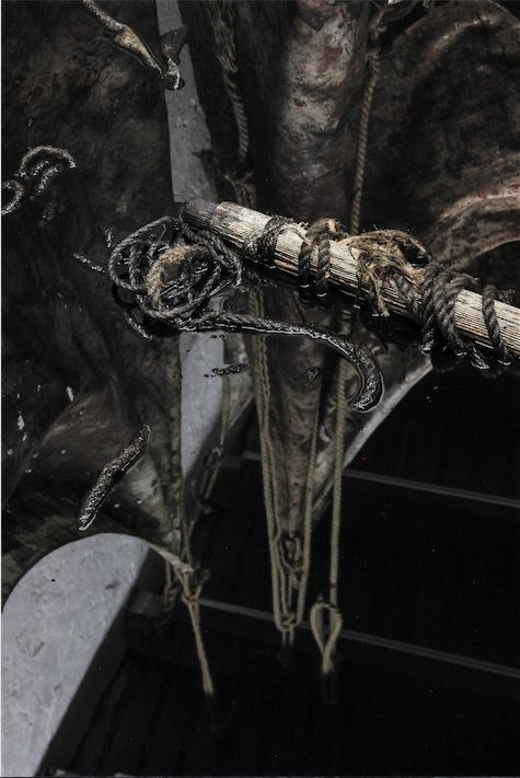 """Yisa. El arribo. Aceite quemado, pintura sobre lona, soga, medidas variables. Parte de la muestra """"Malinche"""". Sagrada Mercancía, Santiago de Chile, 2016. Foto: Javier Aravena."""