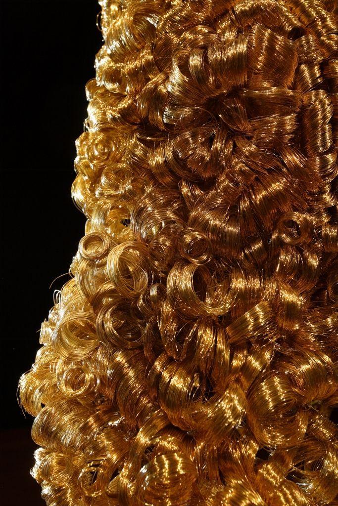 María José Argenzio. 1.729. Hilo de cobre bañado en oro y pedestal hecho de madera de Guayacán y terciopelo negro. Dimensiones variables. 2011. Foto: Juan Pablo Merchán