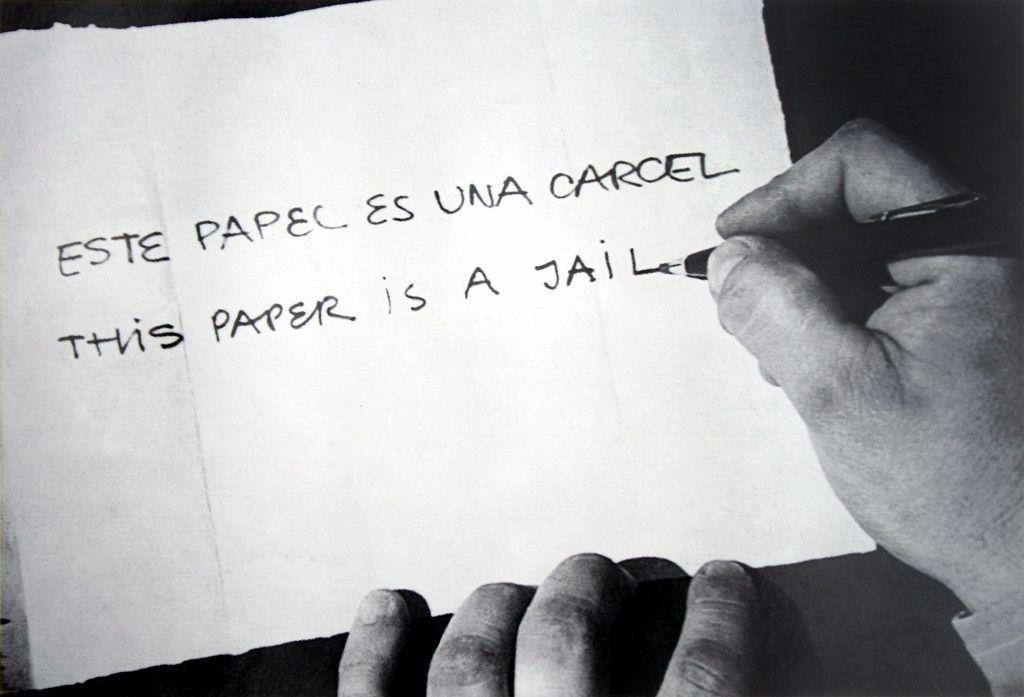 Horacio Zabala, Este papel es una cárcel, 1972/2007, Ed. 8/10, fotografía. Cortesía del artista y Henrique Faria, Nueva York/Buenos Aires