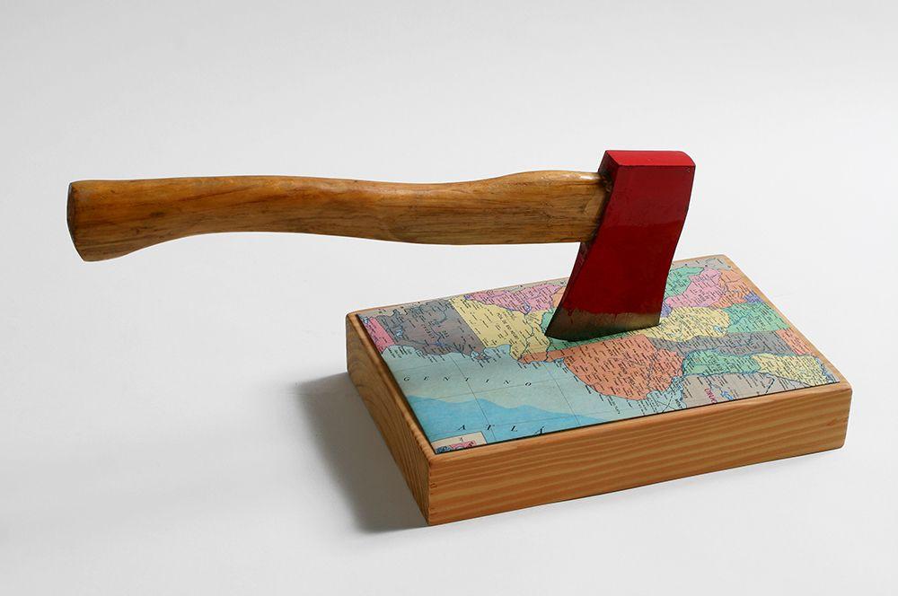 Horacio Zabala, Hacha, 1972-1998. hacha de hierro, mapa impreso, base de madera. Cortesía del artista, Henrique Faria, Nueva York/Buenos Aires, y Estudio Giménez-Duhau