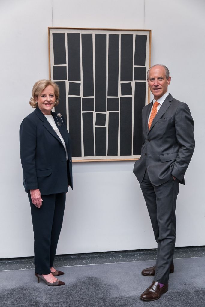 Patricia Phelps de Cisneros y Glenn D. Lowry, Director del Museum of Modern Art, frente a la obra de Hélio Oiticica, Painting 9. 1959, óleo sobre tela, 115.9 × 88.9 cm. Foto: Scott Rudd