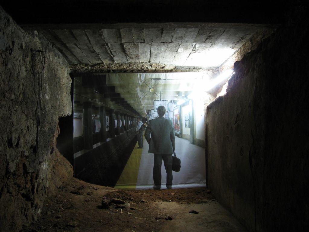 Carlos Silva, Estación Cerro. Intervención al Espacio Expositivo Garage, Valparaíso, Chile, 2009. Impresión en PVC, tubo fluorescente. Foto cortesía del artista