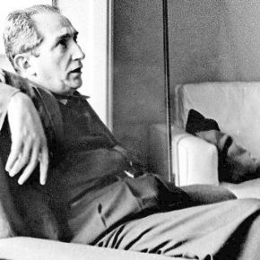 Mário Pedrosa en su apartamento de Rio de Janeiro, 1959. Foto: Luciano Mart