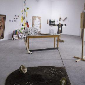 Vista general de exposición. El taller fue realizado en 2014 en Galería Macchina con alumnos de la Escuela de Arte de la Universidad Católica de Chile, y en 2016 en Balmaceda Arte Joven Bío-Bío, con alumnos de la Escuela de Arte de la Universidad de Concepción (Chile).