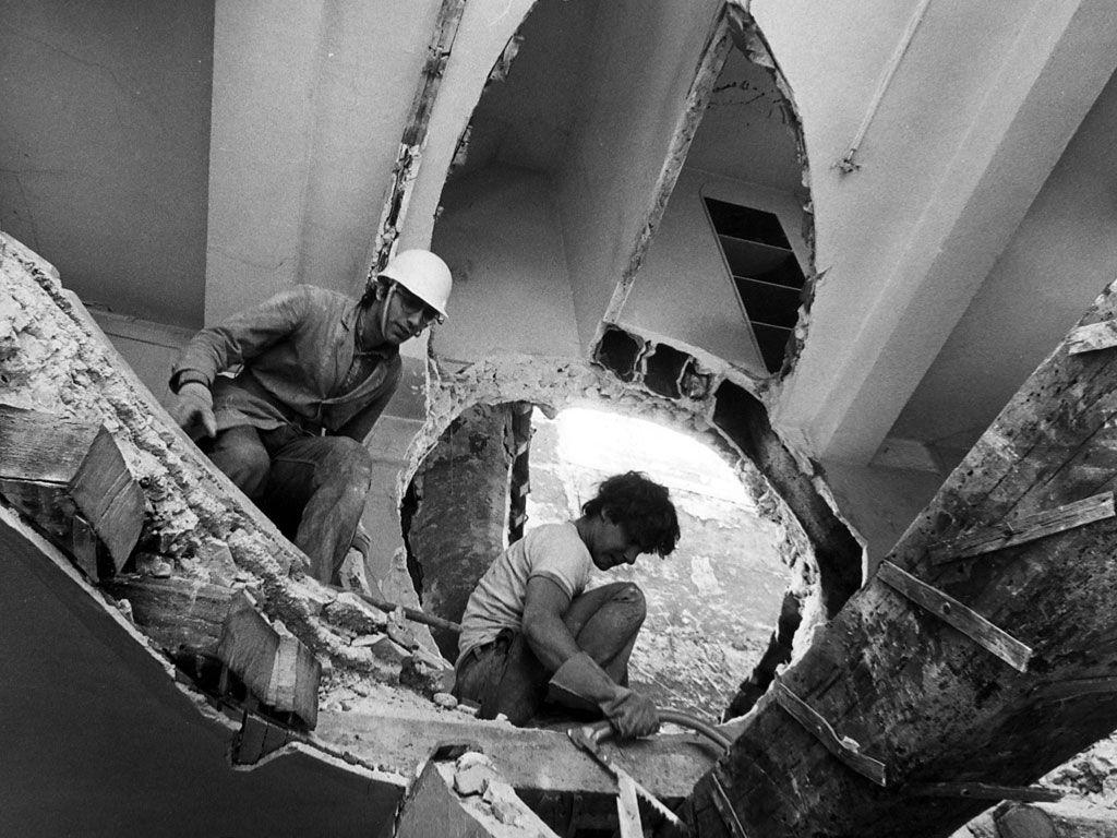 Gordon Matta-Clark trabajando en Conical Intersect, 1975, París. Cortesía: Herederos de Gordon Matta-Clark